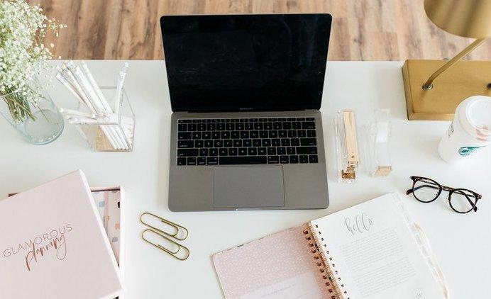 Ik ben freelance marketeer en grafisch ontwerper in Sint-Niklaas. Met freelance marketing en freelance grafisch ontwerp help ik starters, ondernemers en KMO's om de omzet en verkoop te doen stijgen.